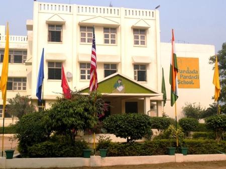 Pardada Pardadi Girls Vocational School, appelé Pardada Pardadi School (collège et lycée) depuis qu'on a laissé tomber l'enseignement « vocationnel » / professionnel en faveur d'un enseignement fondé sur des valeurs (« Value-based Education »).