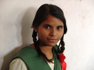 L'uniforme n'est pas une exception puisqu'en Inde, la plupart des écoles font un choix entre le style indien choisi par Pardada Pardadi (salwar kameez) et le style britannique (chaussettes hautes, jupes plissées, chemisiers et cravates). Le vert et le jaune, c'est pour symboliser la plante jeune et la plante mûre.